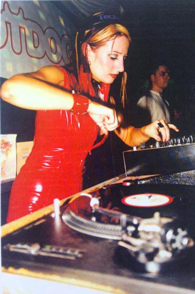 """Lisa Lashes first gig 1997 red cat suit 682x1024 - Lisa Lashes (UK): """"Ik deed het in mijn broek"""""""