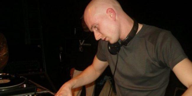 DJ Rob Hes playing at his debut