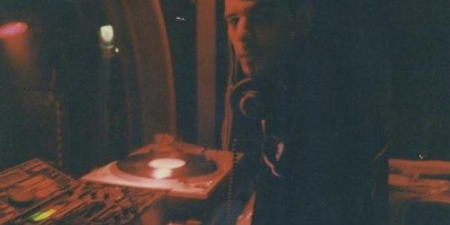 DJ Axel Karakasis tijdens een van zijn eerste gigs in Athene