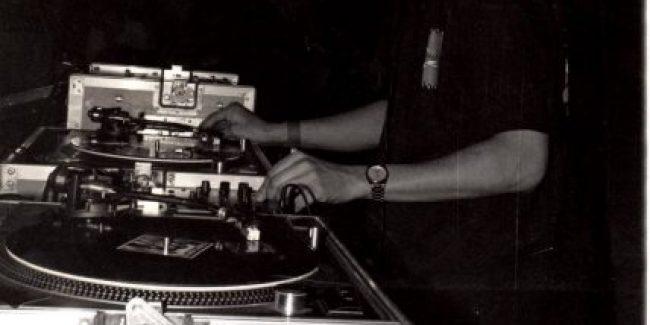 DJ Arjuna tijdens zijn debuut